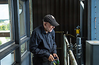 Der Carillonneur Jeffrey Bossin, geb. 1950 in Santa Monica/Kalifornien, im Glockenturm im Berliner Tiergarten.<br /> Auf Initiative von Bossin wurde der Glockenturm mit seinem Carillon, einem von Hand spielbaren Glockenspiel, zur 750 Jahr-Feier im Ortsteil Tiergarten errichtet. <br /> 7.9.2020, Berlin<br /> Copyright: Christian-Ditsch.de<br /> NUR FUER REDAKTIONELLE ZWECKE! Werbung nur auf Anfrage beim Fotografen. [Inhaltsveraendernde Manipulation des Fotos nur nach ausdruecklicher Genehmigung des Fotografen. Vereinbarungen ueber Abtretung von Persoenlichkeitsrechten/Model Release der abgebildeten Person/Personen liegen nicht vor. NO MODEL RELEASE! Don't publish without copyright Christian-Ditsch.de, Veroeffentlichung nur mit Fotografennennung, sowie gegen Honorar, MwSt. und Beleg. Konto: I N G - D i B a, IBAN DE58500105175400192269, BIC INGDDEFFXXX, Kontakt: post@christian-ditsch.de<br /> Bei der Bearbeitung der Dateiinformationen darf die Urheberkennzeichnung in den EXIF- und  IPTC-Daten nicht entfernt werden, diese sind in digitalen Medien nach §95c UrhG rechtlich geschuetzt. Der Urhebervermerk wird gemaess §13 UrhG verlangt.]
