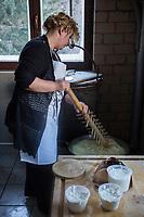 Italie, Val d'Aoste, Parco Nazionale del Gran Paradiso (Parc National du Grand Paradis), Cogne: Ferme: Azienda Agricola Pra Su Fiaz:  Mirella Jeantet: prépare ses fromages:    Reblec (issu du petit lait) et   Tomme  // Italy, Aosta Valley, Parco Nazionale del Gran Paradiso (Gran Paradiso National Park), Cogne: Hamlet  Epinel:  Farm: Azienda Agricola Pra Su Fiaz: Mirella Jeantet: prepares its cheese: Reblec (from whey) and Tomme<br /> AUTO N°: 2013-155
