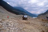- Valtellina, emergency equipments on the landslide of Coppetto Peak (July 1987)..- Valtellina, mezzi di soccorso sulla frana di Pizzo Coppetto (luglio 1987)