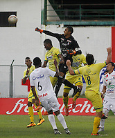 BUCARAMANGA-COLOMBIA-10-04-2016. Un(Izq) jugador del Atlético Bucaramanga salta por el balón con Jose Fernando Cuadrado (Der) arquero de Once Caldas durante partido por la fecha 12 de la Liga Águila I 2016 jugado en el estadio Alfonso López de la ciudad de Bucaramanga./ A (R) player of Atletico Bucaramanga struggles the ball with Jose Fernando Cuadrado (L) goalkeeper of Once Caldas during match for the date 12 of the Aguila League I 2016 played at Alfonso Lopez stadium in Bucaramanga city. Photo: VizzorImage / Duncan Bustamante / Cont