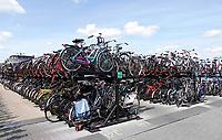 Nederland - Amsterdam -  2019. Volle fietsenstalling achter Centraal Station.  Foto mag niet in schadelijke context voor de gefotografeerde personen worden gepubliceerd.   Foto Berlinda van Dam / Hollandse Hoogte