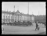 """plaque négative au gélatino-bromure d'argent, format 9x12 cm.<br /> Inscription sur enveloppe : <br /> """"Toulouse : Le Capitole  19 juillet 1899<br /> app. Zion<br /> pl. Jougla rose"""""""