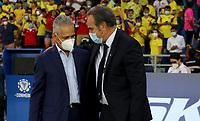 BARRANQUILLA – COLOMBIA, 09-09-2021: Reinaldo Rueda, tecnico, de Colombia (COL) saluda a Martin Lasarte, tecnico de Chile (CHI) durante partido entre los seleccionados de Colombia (COL) y Chile (CHI), de la fecha 9 por la clasificatoria a la Copa Mundo FIFA Catar 2022, jugado en el estadio Metropolitano Roberto Melendez en Barranquilla. / Reinaldo Rueda, coach of Colombia (COL) greets Martin Lasarte, coach of Chile (CHI) during match between the teams of Colombia (COL) and Chile (CHI), of the 9th date for the FIFA World Cup Qatar 2022 Qualifier, played at Metropolitan stadium Roberto Melendez in Barranquilla. / Photo: VizzorImage / Jairo Cassiani / Cont.