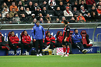 Trainer Friedhelm Funkel gibt Albert Streit (beide Eintracht Frankfurt) Anweisungen