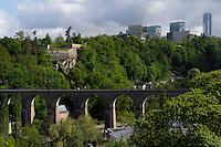Blick von Bock-Kasematten auf Festungsanlagen und Kirchberg mit Europazentrum, Stadt Luxemburg, Luxemburg