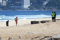 """RJ. Rio de Janeiro. 16/05/2020  CIDADE Na foto da praia de Ipanema , zona sul, a movimentaÁ""""o na orla tem as areias vazias e as calÁadas cheias em Època de isolamento social por causa do novo coronavirus neste s·bado,  (16). ( Foto: Ellan Lustosa / Codigo19)"""