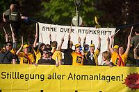 """Vom 5. bis 7. Mai 2015 veranstalten das """"Deutsche Atomforum"""" und die """"Kerntechnische Gesellschaft"""" in Berlin ihre 46. """"Jahrestagung Kerntechnik"""". Ein wichtiger Punkt der Tagung soll sein, ueber Moeglichkeiten fuer den weltweiten Ausbau der Atomnutzung zu reden.<br /> Am Vorabend demonstrierten vor dem Tagungsgebaeude, dem """"Estrel Convention Center Berlin"""" die Umweltorganisationen Robin Wood, Greenpeace, Anti Atom Berlin und NaturFreunde Berlin gegen das Treffen der wichtigsten Lobbyisten der Atomindustrie. Sie protestieren gegen den Versuch der Atomindustrie ueber die Europaeische Union und den EURATOM-Vertrag den Bau von neuen Atomreaktoren voranzutreiben. Die Atomindustrie habe nichts aus den Reaktorkatastrophen in Tschernobyl und Fukushima nichts gelernt, so die Demonstranten.<br /> 4.5.2015, Berlin<br /> Copyright: Christian-Ditsch.de<br /> [Inhaltsveraendernde Manipulation des Fotos nur nach ausdruecklicher Genehmigung des Fotografen. Vereinbarungen ueber Abtretung von Persoenlichkeitsrechten/Model Release der abgebildeten Person/Personen liegen nicht vor. NO MODEL RELEASE! Nur fuer Redaktionelle Zwecke. Don't publish without copyright Christian-Ditsch.de, Veroeffentlichung nur mit Fotografennennung, sowie gegen Honorar, MwSt. und Beleg. Konto: I N G - D i B a, IBAN DE58500105175400192269, BIC INGDDEFFXXX, Kontakt: post@christian-ditsch.de<br /> Bei der Bearbeitung der Dateiinformationen darf die Urheberkennzeichnung in den EXIF- und  IPTC-Daten nicht entfernt werden, diese sind in digitalen Medien nach §95c UrhG rechtlich geschuetzt. Der Urhebervermerk wird gemaess §13 UrhG verlangt.]"""