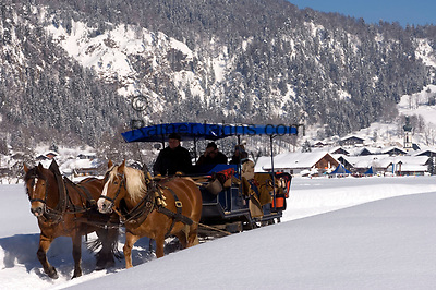 Deutschland, Bayern, Chiemgau, Reit im Winkl: romantische Schlittenfahrt durch maerchenhafte Winterlandschaft | Germany, Bavaria, Chiemgau, Reit im Winkl: romantic sleigh ride through winter wonderland