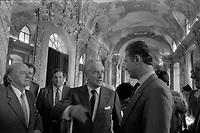 Hôtel de ville du Capitole, salle des illustres. 28 mai 1985. Vue de Dominique Baudis, Jacques Chaban-Delmas et de Daniel Visentin le président du Toulouse Football Club dans la salle des illustres.<br /> <br /> Jacques Chaban-Delmas, souvent surnommé « Chaban », né Jacques Delmasa le 7 mars 1915 à Paris 13e et mort le 10 novembre 2000 à Paris 7e, est un résistant, général de brigade et homme d'État français.<br /> <br /> Considéré comme l'un des « barons du gaullisme », il est notamment maire de Bordeaux de 1947 à 1995, ministre sous la IVe République et président de l'Assemblée nationale à trois reprises entre 1958 et 1988.<br /> <br /> Premier ministre de 1969 à 1972, sous la présidence de Georges Pompidou,