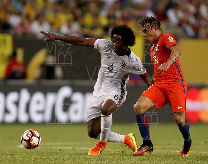 CHICAGO - UNITED STATES, 22-06-2016: Carlos Sánchez (Izq) jugador de Colombia (COL) disputa el balón con Eduardo Vargas(Der.) jugador de Chile (CHI) durante partido porla semifinal  entre Colombia (COL) y Chile (CHI)  por la Copa América Centenario USA 2016 jugado en el estadio Soldier Field en Chicago, USA.  / Carlos Sanchez (R) player of Colombia (COL) fights the ball with Eduardo Vargas  (R) player of Chile  (CHI) during a match for the quarter of finals between Colombia (COL) and Chile  (CHI) for the Copa América Centenario USA 2016 played at Soldier Field  stadium in Chicago, USA. Photo: VizzorImage/ Luis Alvarez /Cont.