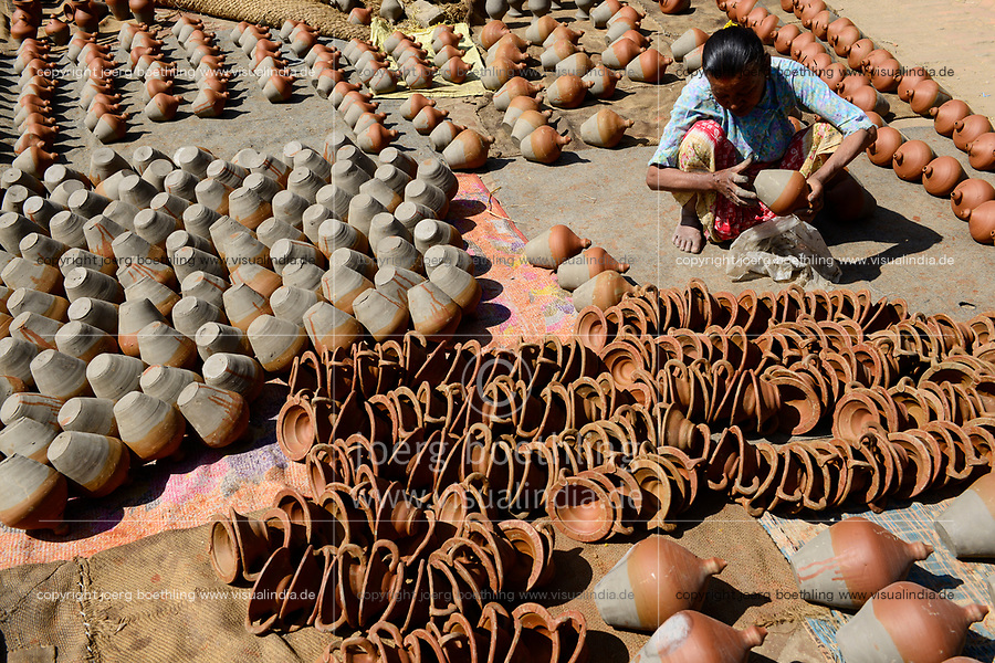 NEPAL Bhaktapur, old town, pottery workshop / historische Altstadt, Toepfer trocknen Toepferwaren, Toepfermarkt