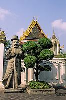 """Thaïlande/Bangkok: Temple de Wat Pho ou temple du Bouddha Couché - Garde chinois et """"Prang"""" central"""