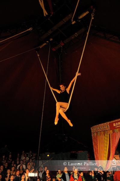 SOIREE DE SOUTIEN AU CIRQUE TZIGANE ROMANES..Lieu : Cirque Romanes..Ville : Paris..Le : 04 10 2010..© Laurent PAILLIER / photosdedanse.com..All Rights reserved