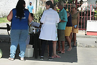 Rio de Janeiro (RJ), 23/03/2020 - Saude-Rio - Campanha da vacinacao contra gripe nesta segunda-feira (23) leva varias pessoas a Clinica da Familia Ana Maria Conceicao dos Santos Correia no Bairro da Vila Kosmos na Zona Norte do Rio de Janeiro. As vacinas estao sendo aplicadas em dois polos separados para evitar contato, poucos estavam usando mascaras cirurgicas de protecao para evitar a contaminacao do Coronavirus. (Foto: Celso Barbosa/Codigo 19/Codigo 19)