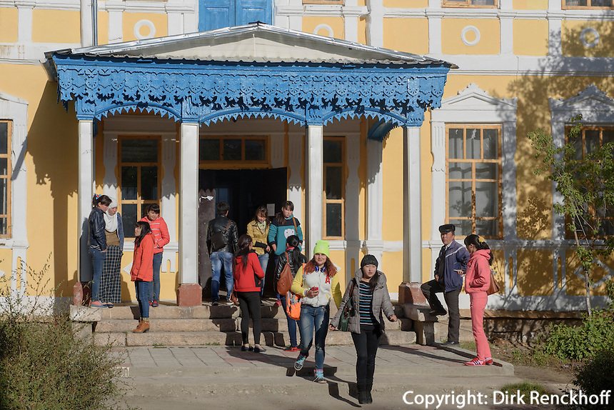Hochschulgebäude in Karakol, Kirgistan, Asien<br /> College Building in Karakol, Kirgistan, Asia