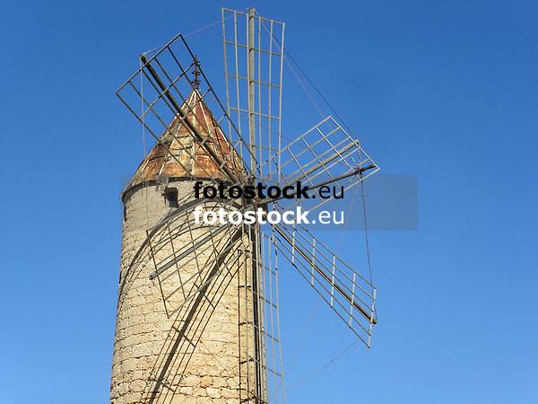 typical windmill in Mallorca<br /> <br /> típico molino de viento en Mallorca<br /> <br /> typische Windmühle auf Mallorca<br /> <br /> 2272 x 1704 px