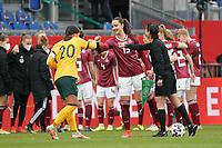 Sara Däbritz (Deutschland, Germany) und Sam Kerr (Australien, Australia) begrüßen sich  - 10.04.2021 Wiesbaden: Deutschland vs. Australien, BRITA Arena, Frauen, Freundschaftsspiel
