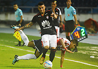 BARRANQUILLA  - COLOMBIA, 11-04-2018: Jesus David Murillo (Der.) del Atlético Junior  disputa el balón con Yeison Gordillo (Izq,)  del Independiente Santa Fe durante partido por la fecha 14 de la Liga Águila I 2018 jugado en el estadio Metropolitano Roberto Meléndez de la ciudad de Barranquilla. /Jesus David Murillo (R) of Atlletico Junior  fights for the ball with Yeison Gordillo  (L) of Independiente Santa Fe   during match for the date 14 of the Aguila League I 2018 played at Metropolitano Roberto Melendez stadium in Barranquilla  city. Photo: VizzorImage/Alfonso Cervantes /Cont