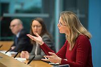 """Die Vorsitzende Deutscher Ethikrat, Prof. Dr. Alena Buyx (im Bild 1.vr.), ihr Kollege Prof. Dr. Dr. h.c. Volker Lipp (im Bild 1.vl.), Stellvertretender Vorsitzender des Deutschen Ethikrates sowie Prof. Dr. Dr. Sigrid Graumann, Sprecherin der AG Pandemie des Deutschen Ethikrates (im Bild Mitte) stellten am Donnerstag den 4. Februar 2021 in Berlin ihre Ad-Hoc-Empfehlung """"Besondere Regeln fuer Geimpfte?"""" vor.<br /> 4.2.2021, Berlin<br /> Copyright: Christian-Ditsch.de"""