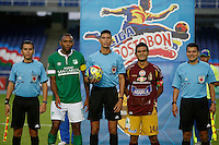 CALI - COLOMBIA -10-04-2014: Leevan Suarez, (Cent.) arbitro, John Viafara (2Izq.) capitán del Deportivo Cali y David Silva (2Der.) capitán del Deportes Tolima, durante  partido Deportivo Cali y Deportes Tolima por la fecha 16 de la Liga Postobon I 2014 en el estadio Pascual Guerrero de la ciudad de Cali.  / Leevan Suarez, (C) referee, John Viafara (2L) capitan of Deportivo Cali and David Silva (2R) capitan of Deportes Tolima, during a match between Deportivo Cali and Deportes Tolima for the date 16th of the Liga Postobon I 2014 at the Pascual Guerrero stadium in Cali city. Photo: VizzorImage / Juan C Quintero / Str.