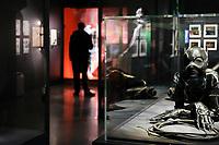 CATWOMAN, COSTUME PORTE PAR MICHELLE PFEIFFER, BATMAN LE DEFI, 1992 - EXPOSITION DC COMICS 'L'AUBE DES SUPER-HEROS' A ART LUDIQUE-LE MUSEE, PARIS, FRANCE, LE 31/03/2017.
