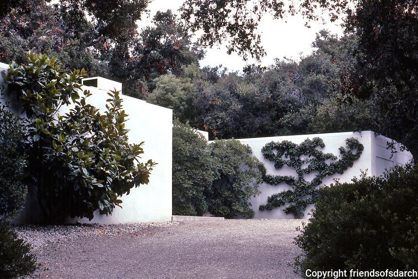 Richard Neutra: Tremaine House. Driveway. Photo '82.