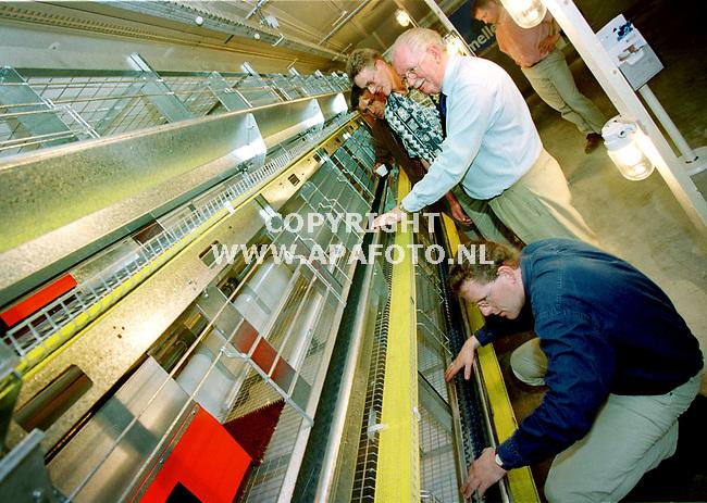 Beekbergen , 100500  Foto : Koos Groenewold / APA<br />Bezoekers kijken naar nieuwe kooisystemen voor kippen