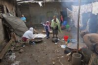 Addis Abeba,Etiopia. Mamma e figlia nel cortile della propria casa. Preparazione Injera.Mother and daughter in the backyard of their house. Preparation Injera