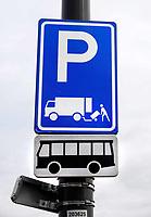 Nederland - Amsterdam- 2020.   Verkeersbord. Parkeerplek voor vrachtwagens en bussen. Laden en lossen. In de binnenstad van steden wordt bevoorrading met grote wagens een steeds groter probleem.   Foto ANP / HH / Berlinda van Dam