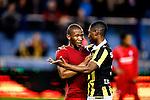 Nederland, Arnhem, 18 december 2015<br /> Eredivisie<br /> Seizoen 2014-2015<br /> Vitesse-FC Twente (5-1)<br /> Kamohelo Mokotjo van FC Twente en Kelvin Leerdam van Vitesse omhelzen elkaar na de wedstrijd