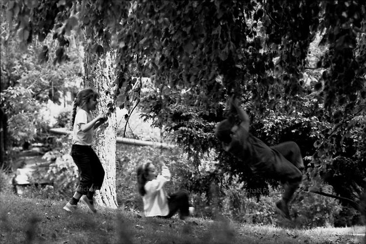 04.2002 <br /> <br /> Children playing with branches of trees in the trocadero garden.<br /> <br /> Enfants jouants avec les branches des arbres du jardin du trocadero.