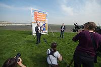 CDU-Berlin stellt Plakate zum Volksbegehren Tempelhofer Feld vor.<br />Am Donnerstag den 3. April 2014 stellte die Berliner CDU auf der Freiflaeche des ehemaligen Flughafen Tempelhof ihre Plakate zum Volksbegehren Tempelhofer Feld vor. Sie fordert einen Gesetzentwurf, der eine Bebauung um eine 230ha grosse Freiflaeche vorsieht.<br />Die Buergerinitiative 100% Tempelhof hatte hatte mit Unterschriftensammlungen das Volksbegehren erwirkt. Es wird am 25. Mai 2014 parralell zur Europawahl stattfinden.<br />Rechts im Bild vor der Plakatwand: Kai Wegner, Generalsekretaer der CDU-Berlin.<br />Rechts: Stefan Evers, stadtenwicklungspolitischer Sprecher der CDU-Berlin.<br />3.4.2014, Berlin<br />Copyright: Christian-Ditsch.de<br />[Inhaltsveraendernde Manipulation des Fotos nur nach ausdruecklicher Genehmigung des Fotografen. Vereinbarungen ueber Abtretung von Persoenlichkeitsrechten/Model Release der abgebildeten Person/Personen liegen nicht vor. NO MODEL RELEASE! Don't publish without copyright Christian-Ditsch.de, Veroeffentlichung nur mit Fotografennennung, sowie gegen Honorar, MwSt. und Beleg. Konto:, I N G - D i B a, IBAN DE58500105175400192269, BIC INGDDEFFXXX, Kontakt: post@christian-ditsch.de]