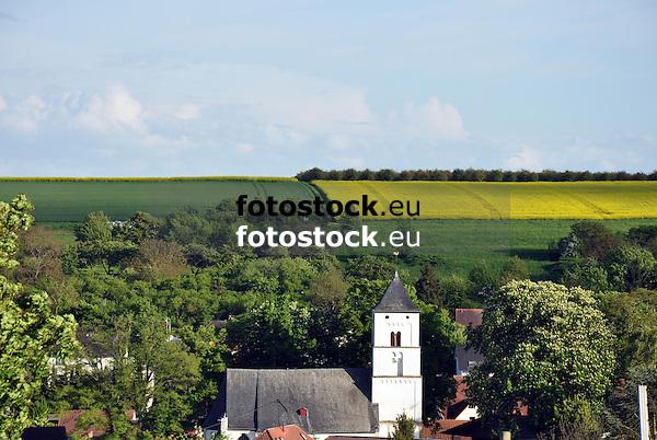 Blick auf Engelstadt mit Ev.  Kirche Sankt Mauritius umgeben von Feldern