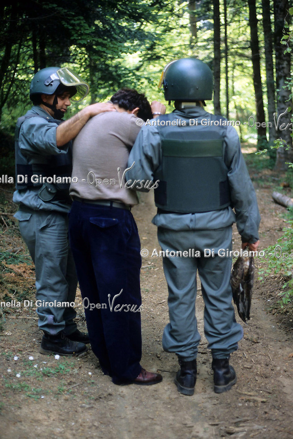 Operazione Adorno. Servizio di prevenzione e repressione del bracconaggio ai danni del falco pecchiaiolo (chiamato anche adorno)nella zona di Reggio Calabria..dall'Aspromonte al litorale costiero. Arresto di un bracconiere..Adorno operation. Service of prevention and repression of poaching against the falcon pecchiaiolo (also called adorno) in the area of Reggio Calabria, from Aspromonte to coast. .Arrest of a poacher. ...