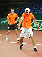 18-9-06,Leiden, Tennis, training Daviscup, Igor Sijsling who makes his debute in the Dutch team is training captain Tjerk Bogstra is watching him