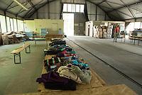 Erstaufnahmelager des Deutschen Roten Kreuz (DRK) in Eisenhuettenstadt.<br /> Mehrere hundert Maenner die aus dem Buergerkrieg in Syrien geflohen sind, wurden in im brandenburgischen Eisehuettenstadt einem vom DRK aus Zelten errichteten Erstaufnahmelager untergebracht. Andere Unterkuenfte werden den Buergerkriegsfluechtlingen vorerst nicht zu Verfuegung gestellt. Sie schlafen auf Feldbetten in Zelten, deren Boeden mit Holzplatten ausgelegt wurden.<br /> Die DRK-Mitarbeiter arbeiten ehrenamtlich in dem Fluechtlingslager, das sich auf dem Gelaende einer ehemaligen Kaserne der Bundespolizei befindet. Sie organisieren die Verpflegung sowie medizinische Hilfe. Von der Bevoelkerung aus der Umgebung haben die Menschen im Lager Kleidungs- und Sachspenden bekommen.<br /> 13.8.2015, Eisenhuettenstadt/Brandenburg<br /> Copyright: Christian-Ditsch.de<br /> [Inhaltsveraendernde Manipulation des Fotos nur nach ausdruecklicher Genehmigung des Fotografen. Vereinbarungen ueber Abtretung von Persoenlichkeitsrechten/Model Release der abgebildeten Person/Personen liegen nicht vor. NO MODEL RELEASE! Nur fuer Redaktionelle Zwecke. Don't publish without copyright Christian-Ditsch.de, Veroeffentlichung nur mit Fotografennennung, sowie gegen Honorar, MwSt. und Beleg. Konto: I N G - D i B a, IBAN DE58500105175400192269, BIC INGDDEFFXXX, Kontakt: post@christian-ditsch.de<br /> Bei der Bearbeitung der Dateiinformationen darf die Urheberkennzeichnung in den EXIF- und  IPTC-Daten nicht entfernt werden, diese sind in digitalen Medien nach §95c UrhG rechtlich geschuetzt. Der Urhebervermerk wird gemaess §13 UrhG verlangt.]