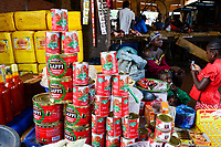 BURKINA FASO, Bobo Dioulasso, Grande MARCHE, sale of vegetable oil and canned tomato paste /  Grosser Markt, Verkauf von Speiseoel und Tomatenmark in Dose