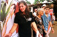 """Passeata em manifestaÁ""""o pelo assassinato do lÌder sindical Ademir  Federicci em Altamira no Par· (Da esq. para direita)AntÙnio JosÈ Federicci, irm""""o- Marina Feu, viuva- Catarina Feu, m‡e viuva - Cleber Fideu , filho.<br /> Foto Paula Sampaio<br /> 31/08/2001<br /> <br /> Ademir Alfeu Federicci foi baleado em sua casa na madrugada de 25/08. Acredita-se que o crime tenha motivação política, já que Dema, como era chamado, era a principal liderança em Altamira (PA) na luta contra latifundiários, madeireiros e barragens. Uma manifestação acontecerá na sexta-feira em protesto contra a violência na região.<br /> <br /> <br /> Na madrugada de 25/08, por volta de 02:30 horas, Ademir Alfeu Federicci, um dos coordenadores do Movimento pelo Desenvolvimento da Transamazônica e do Xingu (MDTX)) foi assassinado. Segundo relato da polícia civil local, sua casa foi invadida por um homem armado, com quem Dema travou luta corporal e de quem recebeu um tiro que o atingiu na cabeça. A versão oficial dá conta de que se tratou de um assalto. Mas, de acordo com Ayrton Faleiro, diretor de Política Agrária da Contag (Confederação Nacional dos Trabalhadores Agrícolas), não foi realizada perícia no local, nem exame de balística e o corpo só chegou à funerária duas horas depois de ter sido retirado da casa."""
