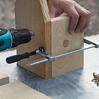 Selbstgebaute Holz-Nistkästen, Nistkasten für Vögel aus Holz, Vogelkasten, Meisenkasten selber bauen, selbst bauen, Basteln, Bastelei. Schritt 3: die Seitenteile des Nistkastens werden mit der Rückseite verbunden, dazu vorgebohrt und verschraubt