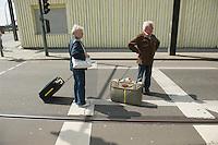 Gegen den Protest mehrerer tausend Menschen setzte die Polizei am 1. Mai in Berlin einen Aufmarsch von ca. 300 Neonazis aus ganz Deutschland durch. Es gab mehrere Versuche die Marschroute mit Blokaden zu sperren, so auch einer Betonpyramide, an die sich 4 Menschen angekettet hatten.<br />Im Bild: Ein Ehepaar kommt aus dem Urlaub und kann wegen der gesperrten Strassen nicht nach Hause.<br />1.5.2013, Berlin<br />Copyright: Christian-Ditsch.de<br />[Inhaltsveraendernde Manipulation des Fotos nur nach ausdruecklicher Genehmigung des Fotografen. Vereinbarungen ueber Abtretung von Persoenlichkeitsrechten/Model Release der abgebildeten Person/Personen liegen nicht vor. NO MODEL RELEASE! Don't publish without copyright Christian-Ditsch.de, Veroeffentlichung nur mit Fotografennennung, sowie gegen Honorar, MwSt. und Beleg. Konto:, I N G - D i B a, IBAN DE58500105175400192269, BIC INGDDEFFXXX, Kontakt: post@christian-ditsch.de<br />Urhebervermerk wird gemaess Paragraph 13 UHG verlangt.]