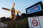 """Foto: VidiPhoto<br /> <br /> WAARDE – Molenaar Michel Dellebeke en secretaris van de Vereniging de Zeeuwse Molen, luidt de noodklok. Bij het grootste deel van de 77 Zeeuwse molens is sprake van achterstallig onderhoud. Bovendien is er een enorm tekort aan vrijwillig molenaars. Om het probleem van de Zeeuwse molens te schetsen gebruikt hij zijn eigen molen in Waarde als voorbeeld. Molen De Hoed maalt gerst als streekproduct voor de maalderij waar Dellebeke zelf in vaste dienst is. """"Er is sprake van houtrot, de dakbedekking moet vernieuwd worden, aan de buitenkant boort een specht gaten in het hout en de molen heeft dringend een schilderbeurt nodig. Kosten: 60.000 euro. Het Rijk betaalt de helft, de gemeente 10 procent en de rest moeten we als kleine stichting uit onze eigen middelen betalen. Dat geld hebben we niet."""" Zo is het met de meeste Zeeuwse molens. Bovendien moeten de 77 molens draaiende gehouden worden door slechts 30 vrijwilligers, een onmogelijk taak."""