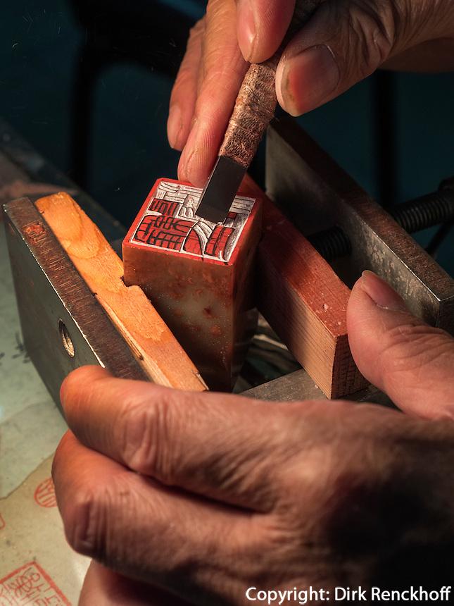Stempelschneider auf der LiuLichang, Peking, China, Asien<br /> stamp cutter on LiuLiChang st., Beijing, China, Asia
