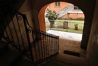 Tipico palazzo a ringhiera di edilizia ultrapopolare nel quartiere storico di San Lorenzo, a Roma, costruito nel 1887..A typical building of banister, ultrapopolare building in the historic quarter of San Lorenzo, in Rome, built in 1887..