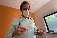 Impfspritze Corminaty wird von Dr. Christian Schmauß aufgezogen - Mörfelden-Walldorf 17.05.2021: Corona-Impfung bei Hausärzten