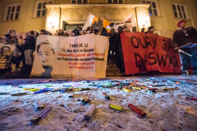 Demonstration in Dessau anlaesslich des 12. Todestages des Fluechtling Oury Jalloh, der am 7. Januar 2005 unter bislang nicht geklaerten Umstaenden in Polizeihaft, in der Zelle gefesselt, bei lebendigem Leib verbrannte.<br /> An der Demonstration beteiligten sich ca. 1.500 Menschen.<br /> Im Bild: Demonstrationsteilnehmer haben vor der Polizeiwache, in der Oury Jalloh ums Leben kam Feuerzeuge als Zeichen der Anklage auf den Boden geworfen.<br /> 7.1.2017, Dessau<br /> Copyright: Christian-Ditsch.de<br /> [Inhaltsveraendernde Manipulation des Fotos nur nach ausdruecklicher Genehmigung des Fotografen. Vereinbarungen ueber Abtretung von Persoenlichkeitsrechten/Model Release der abgebildeten Person/Personen liegen nicht vor. NO MODEL RELEASE! Nur fuer Redaktionelle Zwecke. Don't publish without copyright Christian-Ditsch.de, Veroeffentlichung nur mit Fotografennennung, sowie gegen Honorar, MwSt. und Beleg. Konto: I N G - D i B a, IBAN DE58500105175400192269, BIC INGDDEFFXXX, Kontakt: post@christian-ditsch.de<br /> Bei der Bearbeitung der Dateiinformationen darf die Urheberkennzeichnung in den EXIF- und  IPTC-Daten nicht entfernt werden, diese sind in digitalen Medien nach §95c UrhG rechtlich geschuetzt. Der Urhebervermerk wird gemaess §13 UrhG verlangt.]
