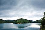 Europa, DEU, Deutschland, Nordrhein Westfalen, NRW, Oberbergisches Land, Gummersbach, Talsperre, Aggertalsperre, Regenwolken, Kategorien und Themen, Natur, Umwelt, Landschaft, Jahreszeiten, Stimmungen, Landschaftsfotografie, Landschaften, Landschaftsphoto, Landschaftsphotographie, Wasser, Wasserwirtschaft, Trinkwasser, Trinkwassergewinnung, Trinkwasserversorgung, Wasserversorgung<br /> <br /> [Fuer die Nutzung gelten die jeweils gueltigen Allgemeinen Liefer-und Geschaeftsbedingungen. Nutzung nur gegen Verwendungsmeldung und Nachweis. Download der AGB unter http://www.image-box.com oder werden auf Anfrage zugesendet. Freigabe ist vorher erforderlich. Jede Nutzung des Fotos ist honorarpflichtig gemaess derzeit gueltiger MFM Liste - Kontakt, Uwe Schmid-Fotografie, Duisburg, Tel. (+49).2065.677997, ..archiv@image-box.com, www.image-box.com]