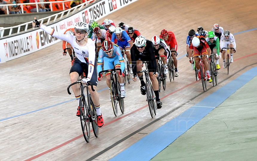 CALI - COLOMBIA - 17-01-2015: Maximilian Beyer de Alemania gana prueba de Scratch hombres del Omnium en el Velodromo Alcides Nieto Patiño, sede de la III Copa Mundo UCI de Pista de Cali 2014-2015  / Maximilian Beyer of Germany wins the Scratch Race of the Men´s Omnium at the Alcides Nieto Patiño Velodrome, home of the III Cali Track World Cup 2014-2015 UCI. Photos: VizzorImage / Luis Ramirez / Staff.