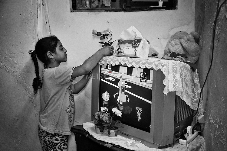 25..3.2015 Kirkuk,Iraq. Asma helping her aunt (Widad) and cousins (Nwr) in arranging the room.