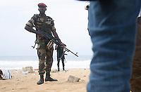 aprËs l'attaque des djihadistes sur la plage de Grand Bassam, la plage est interdi d'accËs,