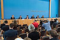 Am Freitag den 16. August 2019 forderten Umweltverbaende in Berlin auf einer gemeinsamen Pressekonferenz  Sofortmassnahmen im Klimaschutz.<br /> Vertreter des Deutschen Naturschutzring, vom BUND, der Kampagnenorganisation Campact, Greenpeace und dem WWF uebten scharfe Kritik an den bisherigen Massnahmen der Bundesregierung und forderten u.a. eine massiven Abbau klimaschaedlicher Subventionen und den schnelleren Ausstieg aus der Kohlekraft.<br /> Im Bild vlnr.: Luise Neumann-Cosel, Teamleiterin Kampagnen Campact; Christoph Heinrich, Vorstand Naturschutz WWF; Antje von Broock, Stellv. Bundesgeschaeftsfuehrerin BUND; Martin Kaiser, Geschaeftsfuehrer Greenpeace; Kai Niebert, Praesident Deutscher Naturschutzring.<br /> 16.8.2019, Berlin<br /> Copyright: Christian-Ditsch.de<br /> [Inhaltsveraendernde Manipulation des Fotos nur nach ausdruecklicher Genehmigung des Fotografen. Vereinbarungen ueber Abtretung von Persoenlichkeitsrechten/Model Release der abgebildeten Person/Personen liegen nicht vor. NO MODEL RELEASE! Nur fuer Redaktionelle Zwecke. Don't publish without copyright Christian-Ditsch.de, Veroeffentlichung nur mit Fotografennennung, sowie gegen Honorar, MwSt. und Beleg. Konto: I N G - D i B a, IBAN DE58500105175400192269, BIC INGDDEFFXXX, Kontakt: post@christian-ditsch.de<br /> Bei der Bearbeitung der Dateiinformationen darf die Urheberkennzeichnung in den EXIF- und  IPTC-Daten nicht entfernt werden, diese sind in digitalen Medien nach §95c UrhG rechtlich geschuetzt. Der Urhebervermerk wird gemaess §13 UrhG verlangt.]